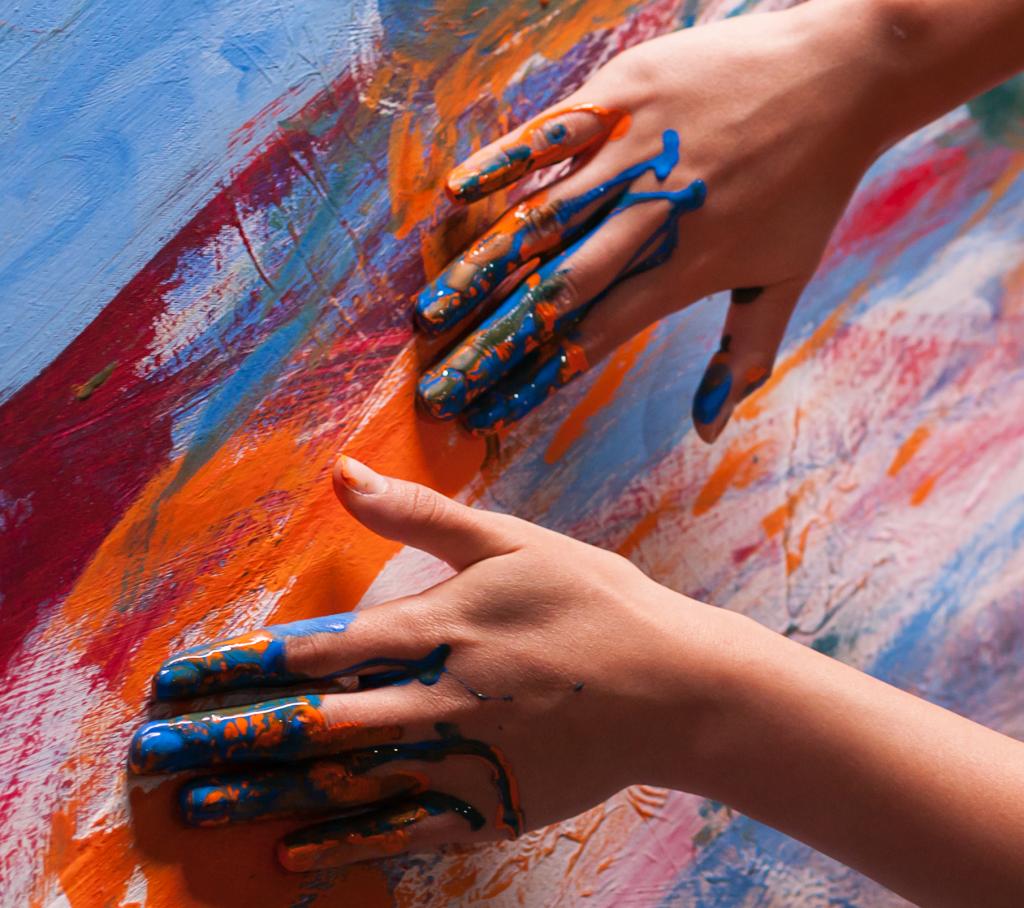mani sporche di vernice
