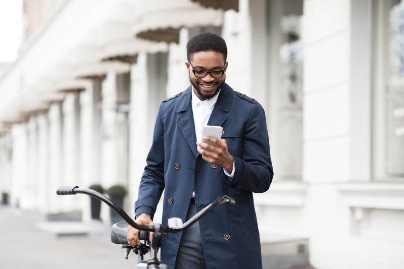 uomo con bici al cellulare